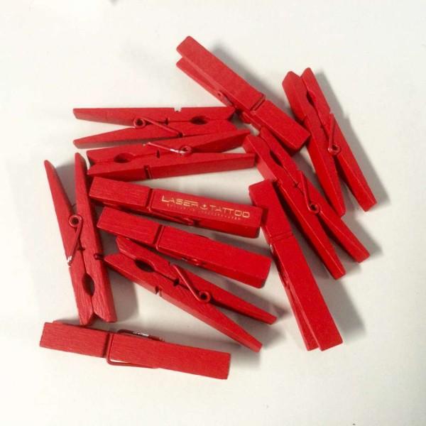 rote Holz Waescheklammer aus holz mit Gravur