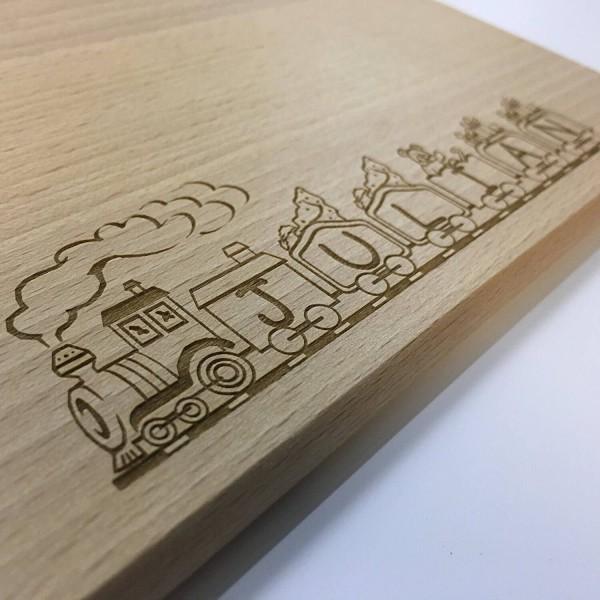 Frühstücksbrett aus Buche Holz mit Gravur des Namens in die Lokomotive